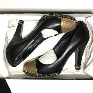 Chanel black lambskin leather gold chain pumps